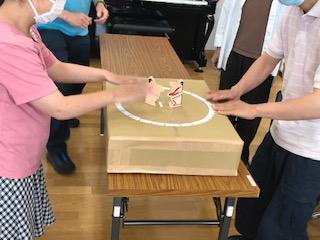 紙相撲大会の光景